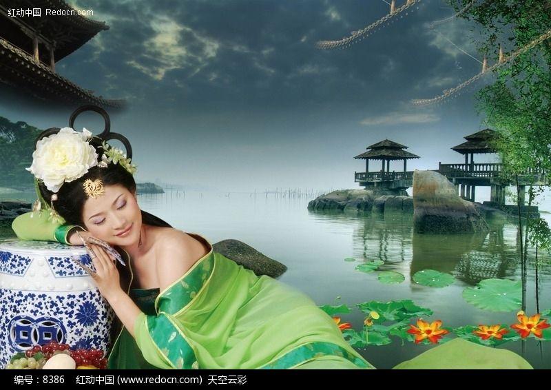 头靠青花瓷睡觉的绿衣古代美女