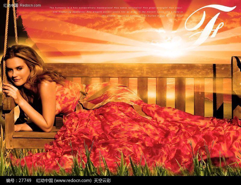 夕阳下,躺在吊椅上的金发美女图片