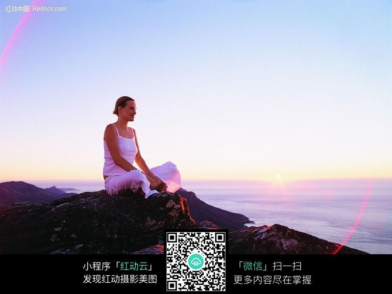 海边崖石上的美女图片编号:72908 日常生活