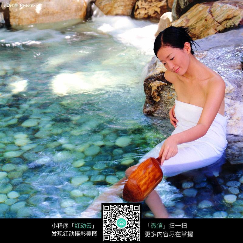 浴池边玩水的美女图片 人物图片素材|图片库|图