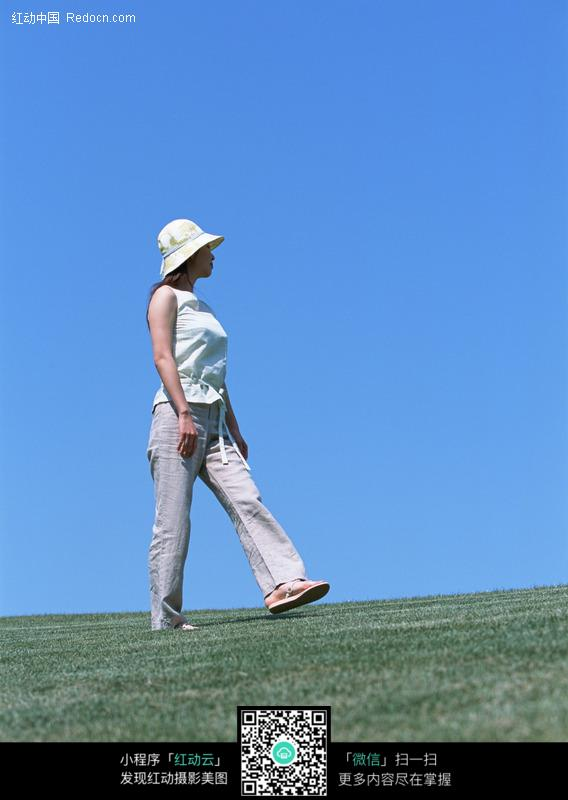 行走在草地上的美女图片编号:78737