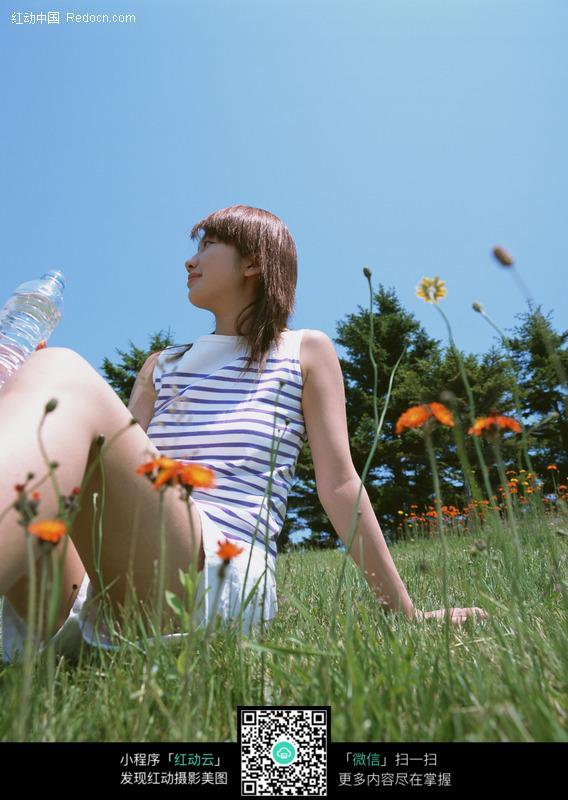 坐在草地上的美女图片 人物图片素材|图片库|图库