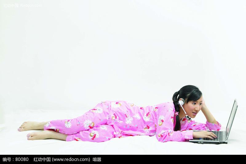 躺着玩电脑的美女图片 人物图片素材|图片库|图