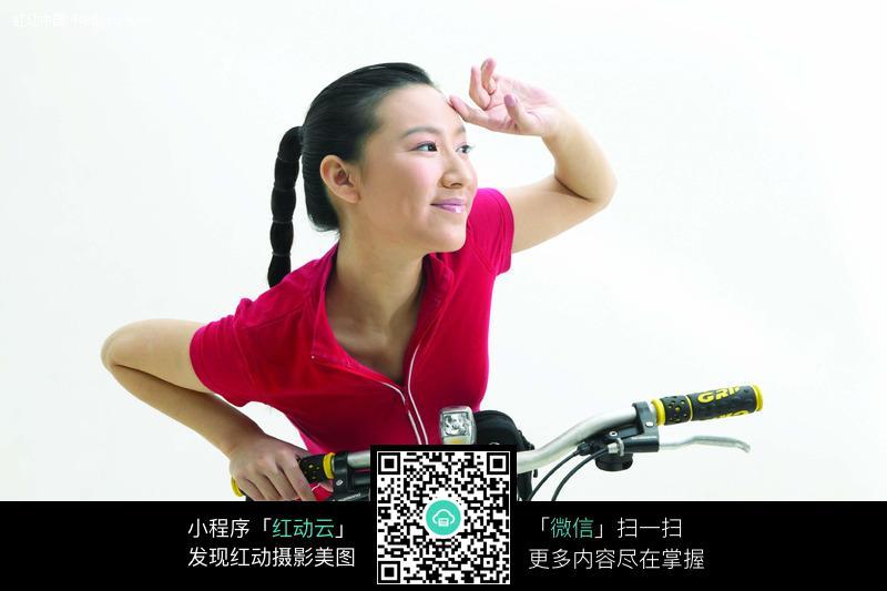 骑在自行车上的红衣美女图片编号:80091 女