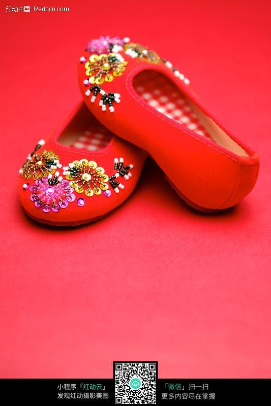 传统珠片红布鞋设计图片
