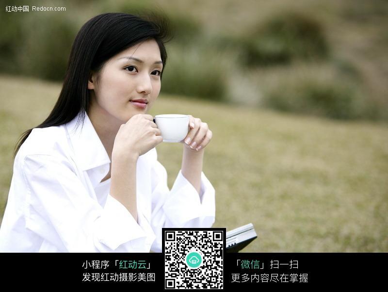 在户外喝咖啡的美女设计下载