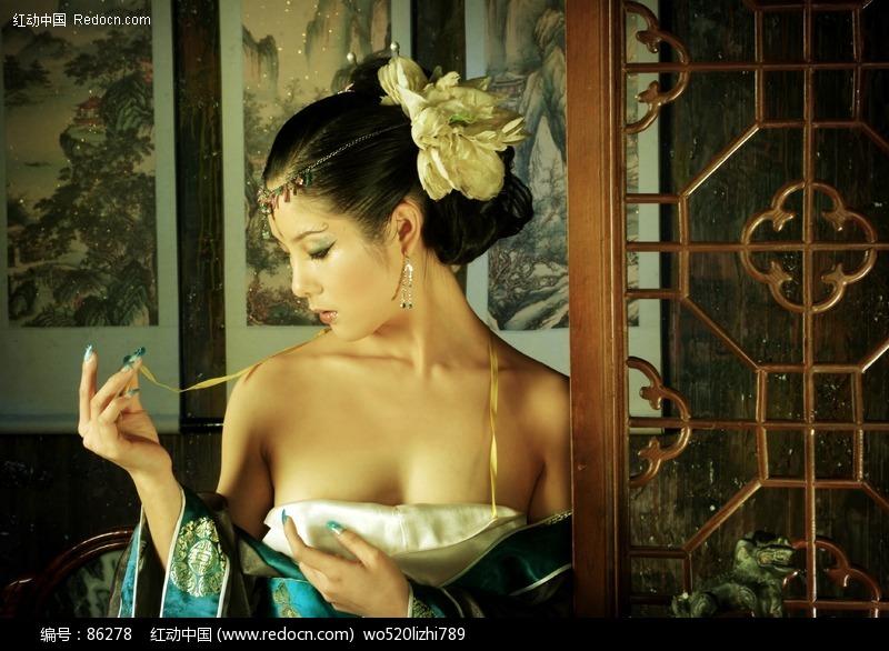 关键词:古典美女宽衣解带性感美女影楼素材