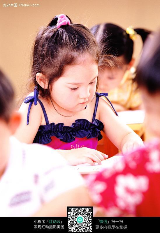 画画的小女孩图片-人物图片素材|图片库|图库下载(:)
