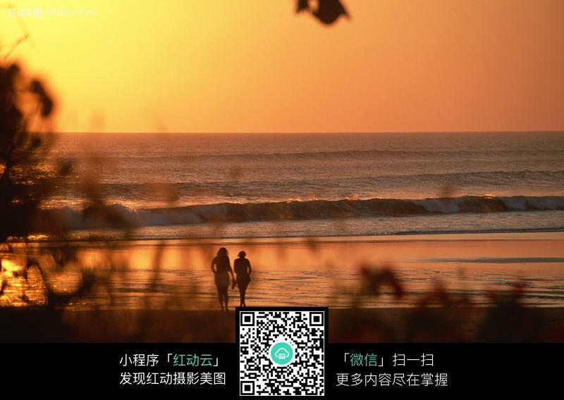 黄昏散步的情侣图片