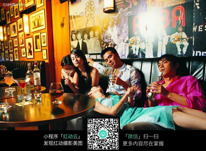 酒吧喝醉酒吧聚会喝酒的图片酒吧里喝醉的美女聚会