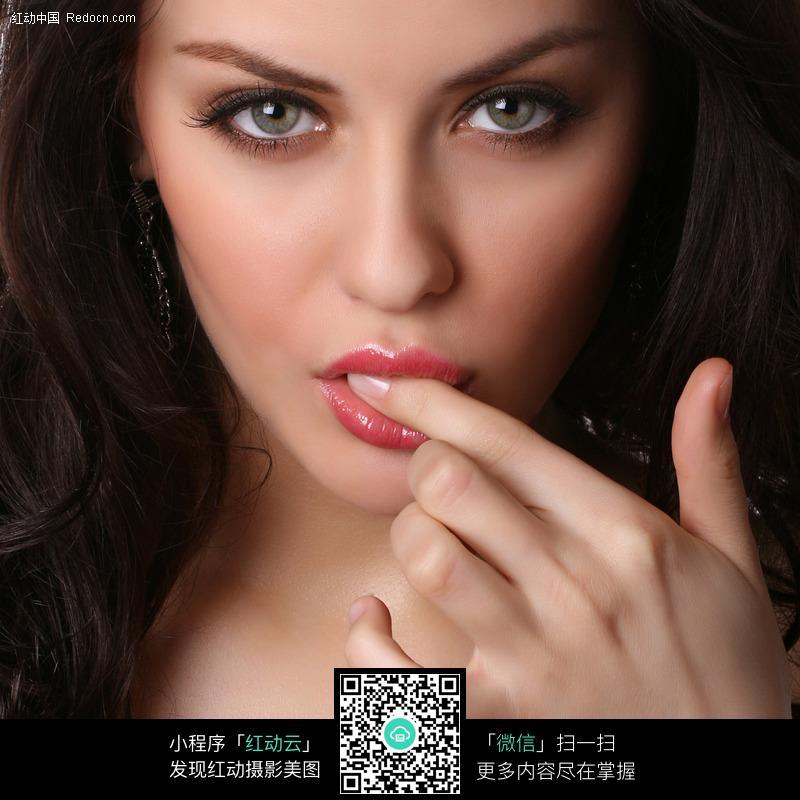 吮手指的外国美女图片编号:123944