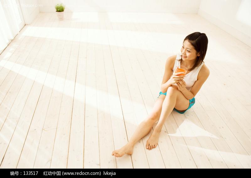 坐在地板上的美女图片编号:133517 女性女人