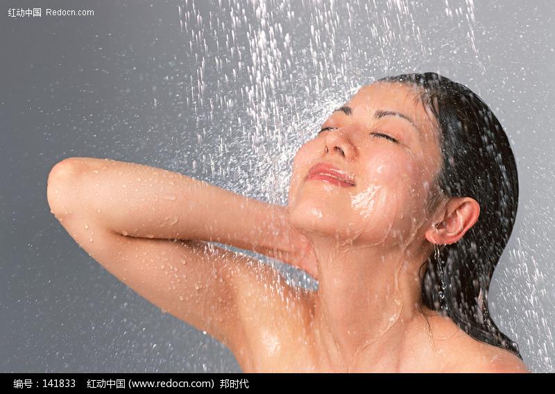美女淋浴图片_淋浴图片_美女淋雨图片