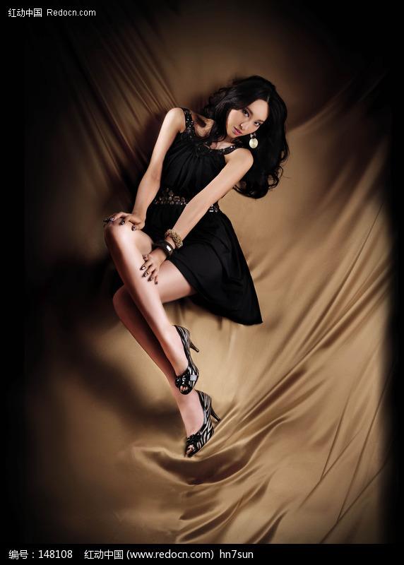 金色幕布背景下的美女模特图片图片编号:148108