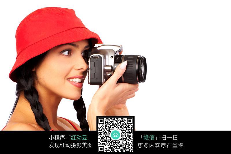 拍照的红帽子外国美女摄影师图片