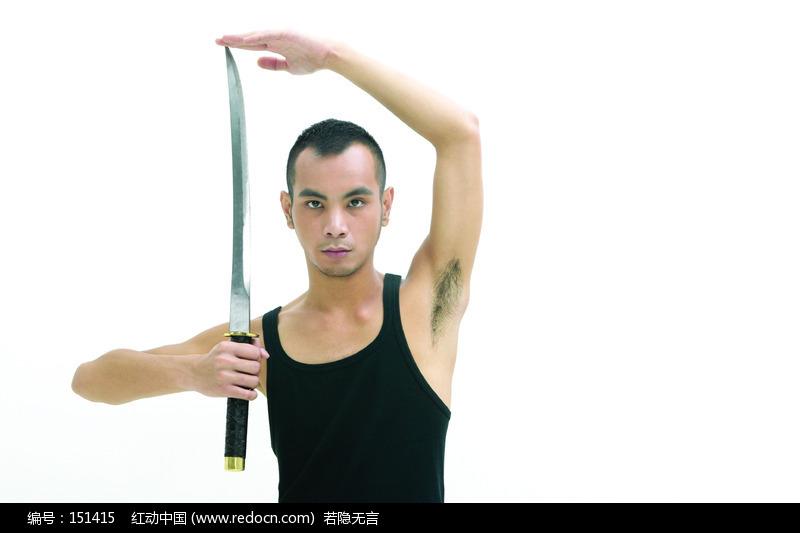 关键词:穿黑背心玩剑的男人猛男帅哥图片帅哥照片