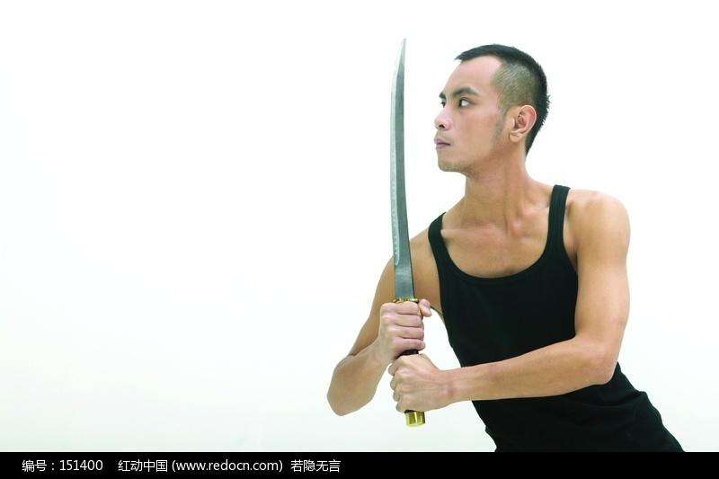 穿黑背心玩剑的男人