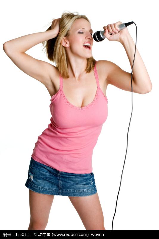 正在用话筒歌唱的外国金发美女图片编号:155