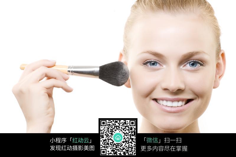 正在用粉刷化妆的外国美女图片编号:155002