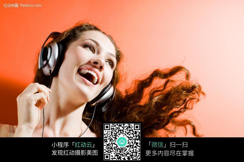 带耳机听音乐的长发美女设计图片