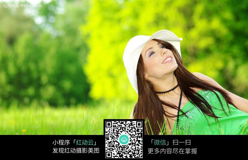 躺在草地上的外国美女图片编号:160316