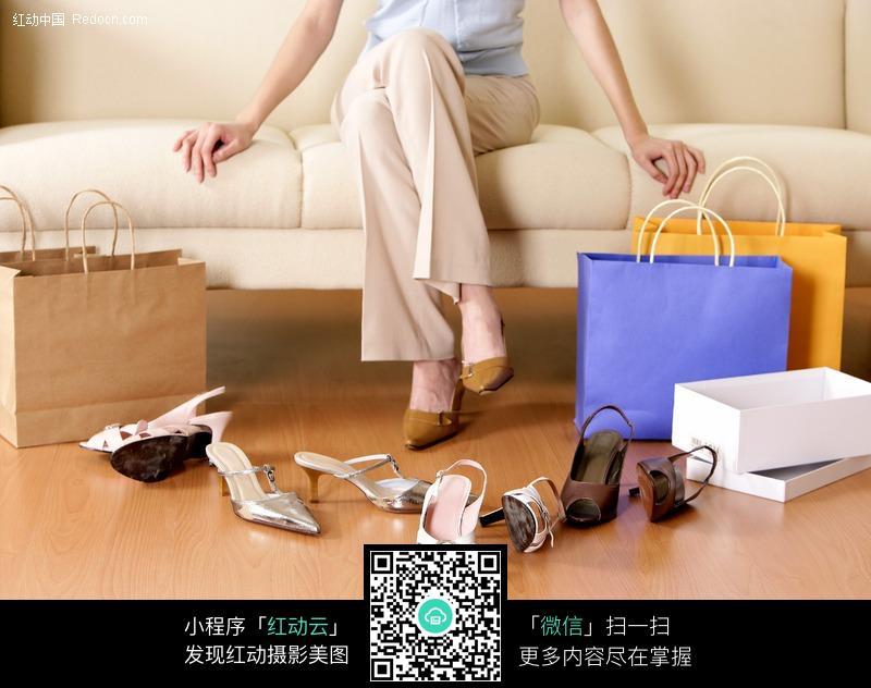 购买试穿鞋子的美女图片(编号:183269)