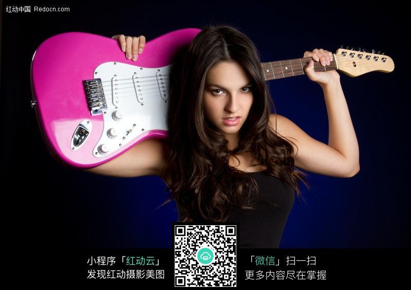 扛着吉他的国外性感美女图片(编号:190311)图片