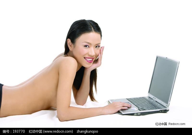 趴着玩电脑的半裸美女图片编号:193770