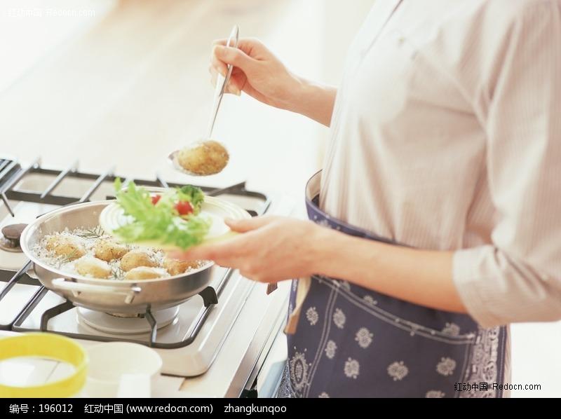 正在烹饪美味的女人图片 人物图片素材|图片库