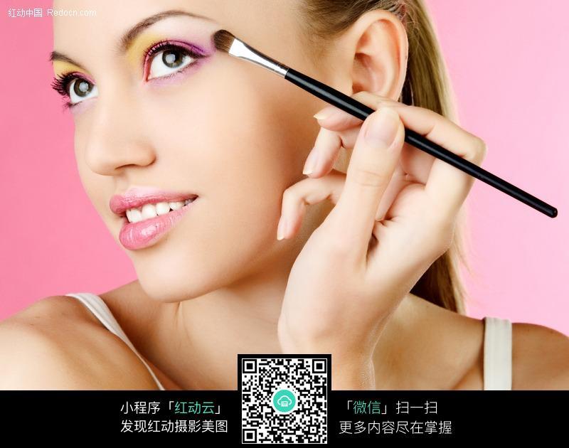 正在化彩妆的外国美女设计图片