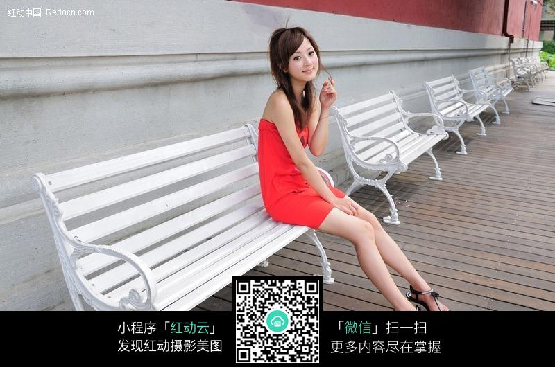 坐美女靠椅 女人红衣美女壁纸白色涂料