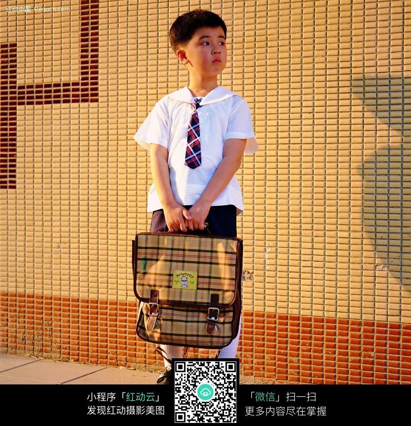 提着书包的小学生图片-人物图片素材|图片库|图库