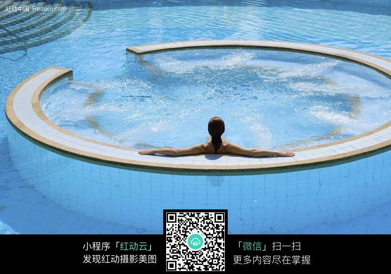 圆形游泳池中的美女图片-人物图片素材|图片库
