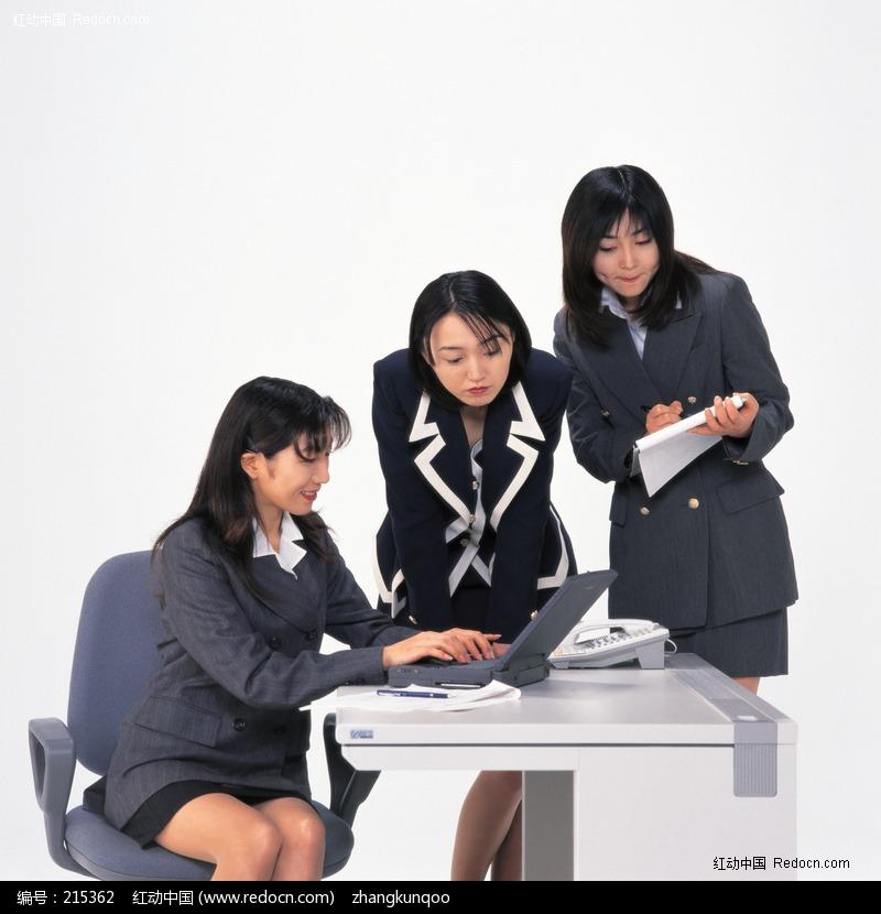 三个认真工作的职业女人设计图片