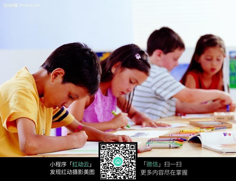 桌画画一群小孩可爱外国儿童儿童图片儿童照片人物