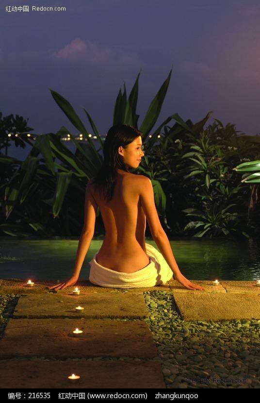 裸体坐在室外的美女图片编号:216535