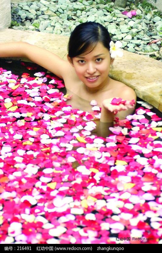 花瓣浴中托起花瓣的仰脸美女图片编号:216491