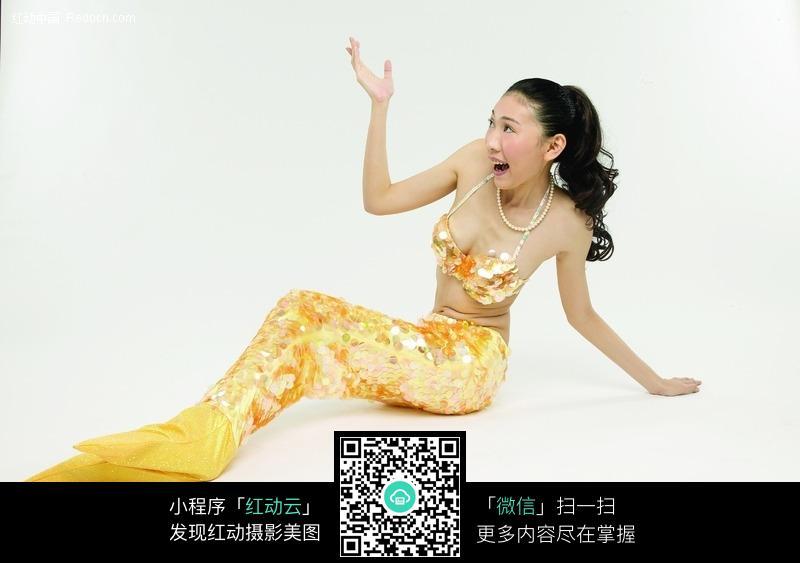 坐着手举起扮美人鱼的女人图片 人物图片素材