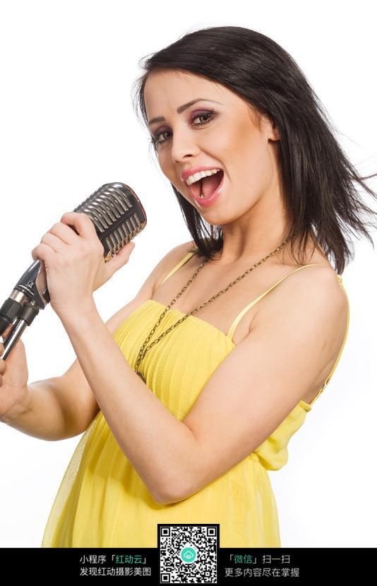 手拿话筒歌唱的外国美女图片编号:217107