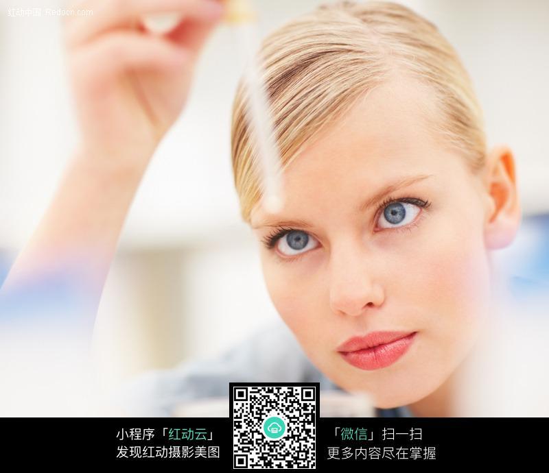 关键词:医生观察实验外国金发性感美女高清