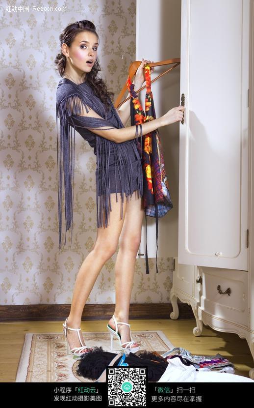 从衣柜拿出衣服的外国美女设计图片