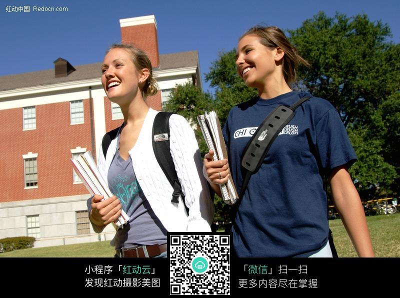 抱着书的外国美女学生图片编号:246709