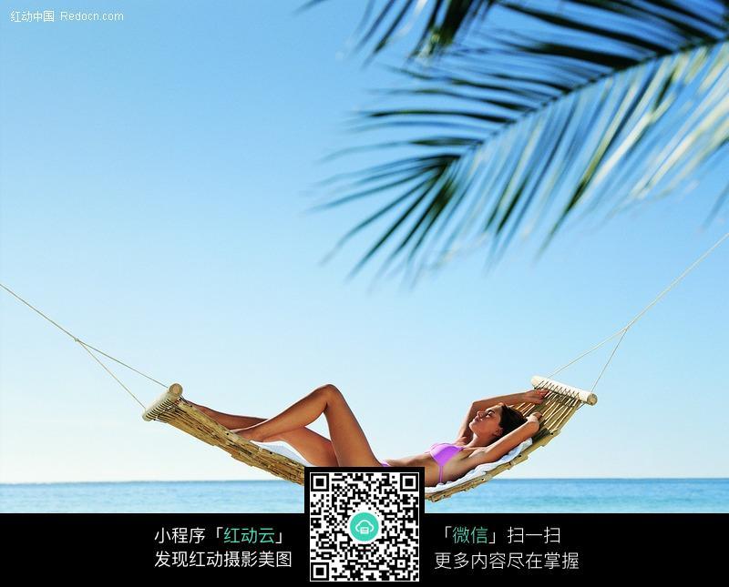 躺在沙滩吊床上的外国比基尼美女图片编号:2