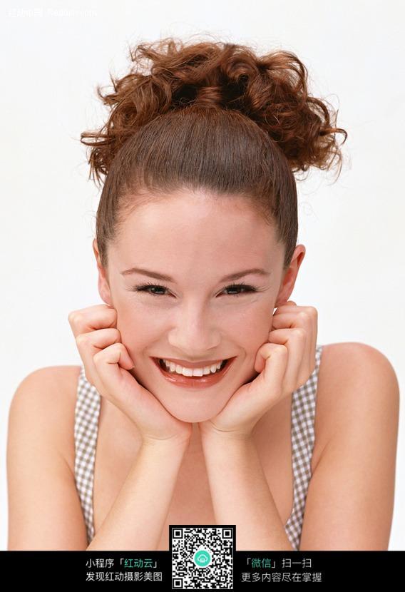 双手托腮大笑的外国美女图片编号:255088