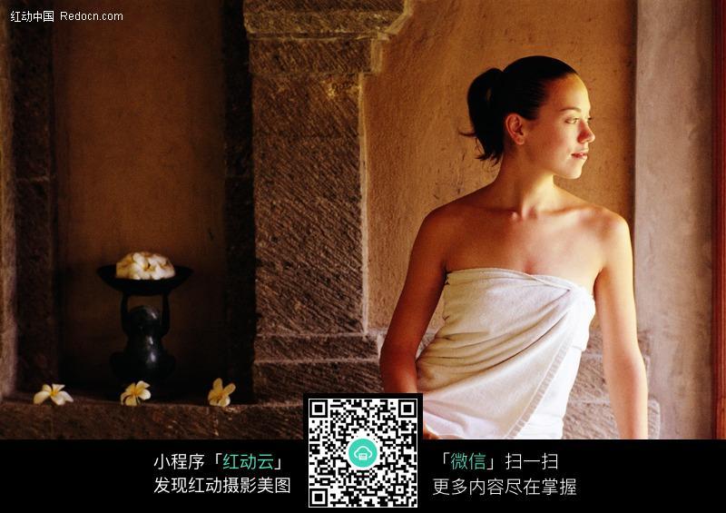 裹浴巾的美女图片编号:295368