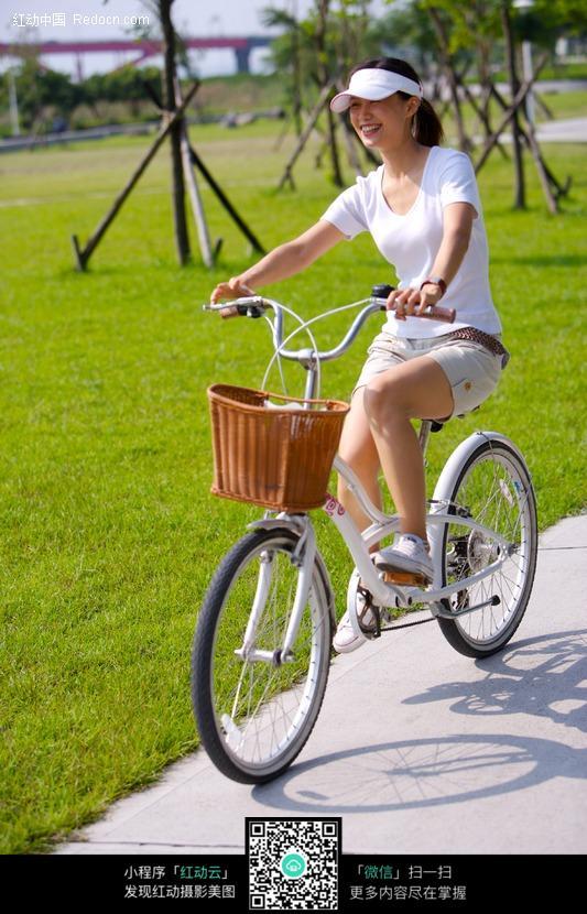 少女骑自行车图片设计图片