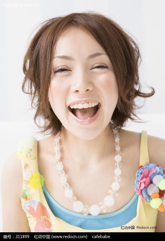 面对镜头大笑的女孩图片编号:311899