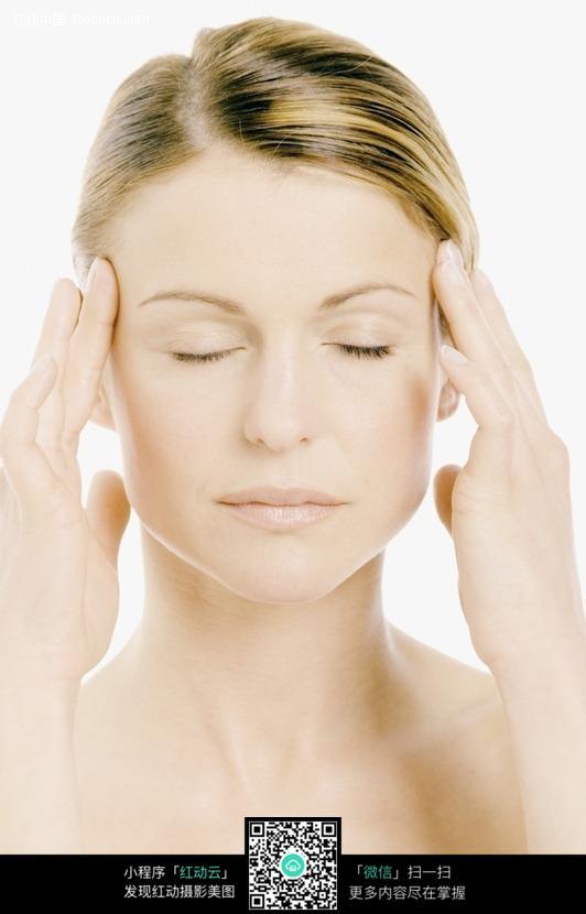 欧洲女士化妆美容 闭眼按摩太阳穴的金发女子图片: 竖
