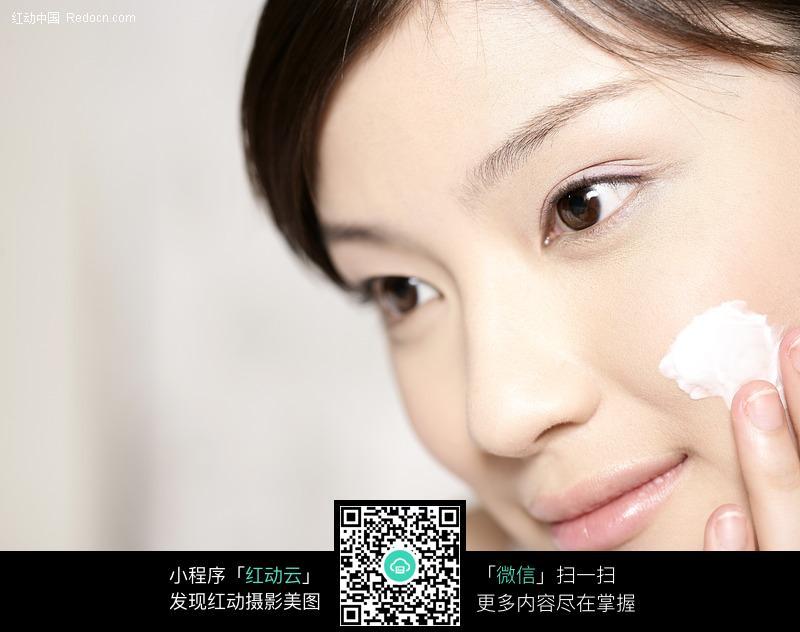 美颜靓妆护理 涂洗面奶的美女图片编号:317601
