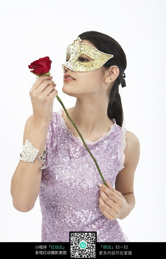 头戴面具手拿玫瑰花的外国美女图片(编号:318578)